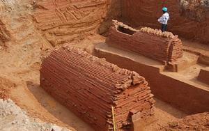 """Đào cống thoát nước, phát lộ """"báu vật"""" cổ và những bí ẩn trong ngôi mộ 2.000 năm tuổi"""