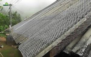 Hà Giang: Gia cố lại mái nhà bằng lưới thép B40 để phòng giông lốc, gió lớn