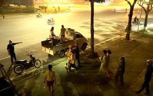 Dịch Covid-19: Người dân Hà Nội chạy tán loạn khỏi cầu đi bộ khi bị kiểm tra