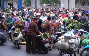 Chợ cóc, chợ tạm giữa trung tâm Hà Nội vẫn tập trung hàng trăm người, bất chấp quy định phòng dịch