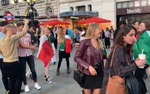 Clip: Khoảnh khắc CĐV Italia và Anh cùng nhau nhảy múa, hát bài hát Sweet Caroline trước trận chung kết EURO 2020