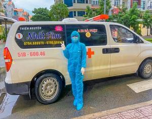 Nữ tài xế tình nguyện lái xe cứu thương chở F0, F1 tại TPHCM
