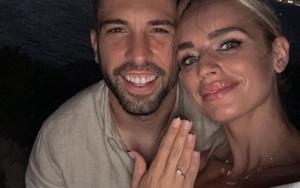 Ngôi sao Jordi Alba đính hôn với bạn gái xinh đẹp Romerey