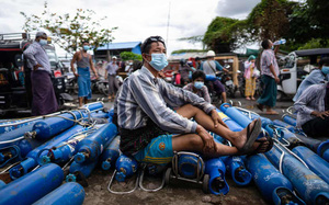 Người Myanmar xếp hàng dài nạp bình oxy, để mang về cho người thân mắc Covid-19