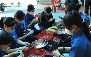 Xúc động hình ảnh người dân Huế mổ lợn, kho thịt, cá gửi hỗ trợ TP.Hồ Chí Minh
