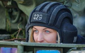 Nhan sắc đẹp mê lòng người của nữ quân nhân thiết giáp Nga