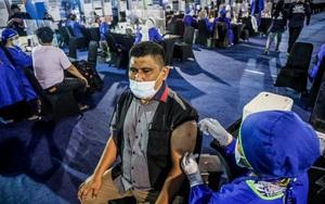 Dân Indonesia xếp hàng dài mua vaccine khi số ca nhiễm covid-19 đang ở mức kỷ lục