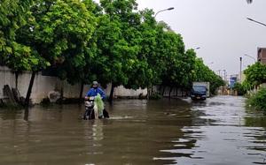 Video: Trận mưa lớn giải nhiệt khiến nhiều tuyến đường Hà Nội ngập sâu