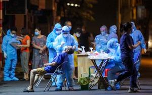 Ảnh: Xuyên đêm xét nghiệm Covid-19 cho trăm người dân trên đường Thụy Khuê