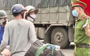 Quảng Ngãi: Người lao động từ vùng có dịch phía Nam đang ồ ạt về quê bằng xe máy