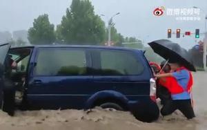 Video: Cảnh tượng kinh hoàng trong trận mưa lũ lịch sử 'ngàn năm có một' ở Trung Quốc