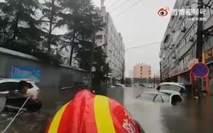 Video: Giải cứu người dân mắc kẹt do mưa lũ lịch sử ở Trung Quốc