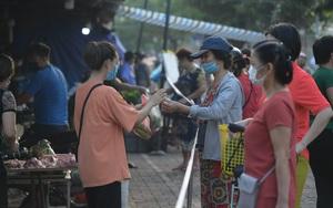 Ngày đầu TP Hà Nội giãn cách xã hội: Hàng hóa dồi dào, giá cả ít biến động