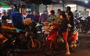 Người dân Hà Nội tranh thủ dậy sớm đi chợ trước khi quyết định giãn cách xã hội có hiệu lực