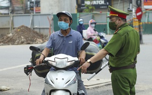"""Hà Nội không cho """"shipper"""" di chuyển trên đường, tài xế công nghệ khóc ròng khi bị phạt"""