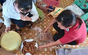 Bình Định: Người bệnh ung thư, vợ chồng già... góp từng gói mì, chai nước mắm gửi hỗ trợ người dân miền Nam