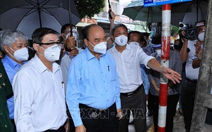 TP.HCM: Chủ tịch nước Nguyễn Xuân Phúc thăm bà con khu phong tỏa