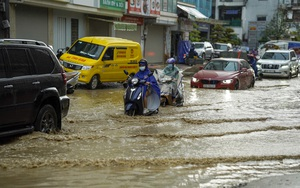Hà Nội: Mưa lớn cuối chiều, nhiều tuyến đường ngập quá nửa bánh xe