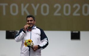 """VĐV phá kỷ lục của Hoàng Xuân Vinh tại Olympic 2020 bị nghi là... """"khủng bố"""""""