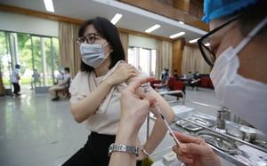 Người Hà Nội hào hứng khi được tiêm vaccine phòng Covid-19