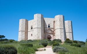 Bí ẩn bên trong lâu đài đặc biệt hình bát giác ở Italia