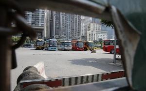 """Bến xe tại Hà Nội vắng lặng, hàng loạt xe khách """"dầm mưa dãi nắng"""""""