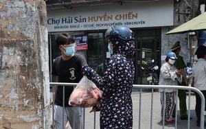 Video: Xuyên trưa tiếp tế lương thực cho người dân phường Chương Dương bị phong tỏa