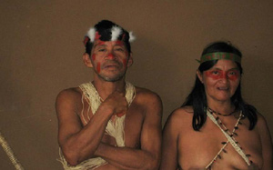 Ecuador: Bộ tộc có bàn chân biến dạng với thời trang kiểu Adam và Eva