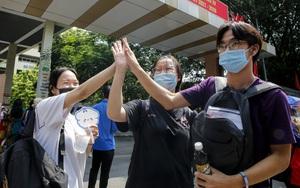 """Thí sinh thi tốt nghiệp THPT tại Hà Nội vỡ òa vì """"Sóng"""" của Xuân Quỳnh"""