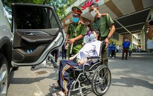 Hình ảnh sĩ tử ngồi xe lăn đi thi tốt nghiệp THPT 2021 gây xúc động mạnh