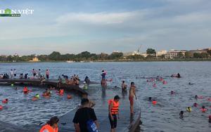 Hàng trăm người dân TP. Huế đổ xô ra tắm sông Hương, bất chấp dịch Covid-19