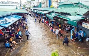 Tập trung lấy mẫu xét nghiệm cho hàng trăm tiểu thương tại chợ Phùng Khoang, Hà Nội