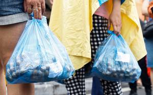 Người dân lỉnh kỉnh mang theo mì tôm, nhãn... tiếp tế cho 1 một phường bị cách ly thêm 14 ngày tại Hà Nội