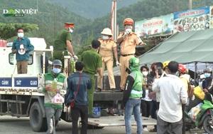 TT-Huế: Công an đội nắng tặng thực phẩm, xăng cho người về quê tránh dịch