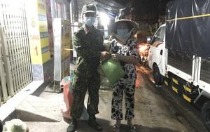TP.HCM: Trong đêm mưa, người dân khó khăn ấm lòng nhận quà, thực phẩm bộ đội đến trao tặng tận nhà