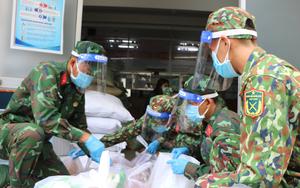 TP.HCM: Ngày đầu ra quân, bộ đội sửa mái nhà, tặng quà và đi chợ hộ người dân