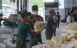 """Bình Dương: Bộ đội hỗ trợ vận chuyển, đóng gói từng bịch gạo đưa đến người dân trong khu bị """"khoá chặt"""""""