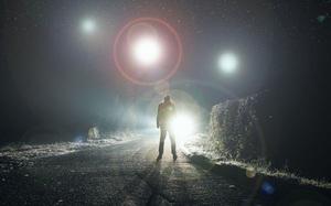 """UFO nhấp nháy bay theo đội hình """"tam giác"""" khiến nhiều người bối rối"""
