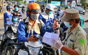 Ảnh: Nhiều người phải quay xe trong thời gian Đà Nẵng cho phép giao ca, đổi nhân lực