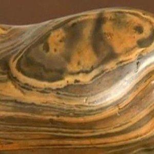 Người đàn ông sốc nặng khi biết viên đá lạ mình nhặt được trị giá 500 tỷ đồng