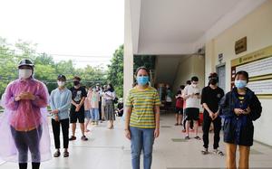 Trao quà đến tay sinh viên gặp khó do dịch Covid-19 tại Hà Nội