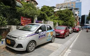 Hàng loạt ô tô chiếm dụng vỉa hè Hồ Tây trong ngày giãn cách xã hội