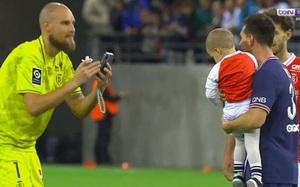"""Clip: Thủ môn đối phương """"xin xỏ"""" Messi chụp ảnh với con trai mình"""