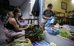 Ảnh: Nhà hàng, tiệm cắt tóc... chuyển sang bán thực phẩm thiết yếu để vượt qua khó khăn kinh tế