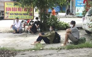 """Hà Nội: Tìm đường về quê, nhiều lao động """"mắc kẹt"""" ở cửa ngõ Thủ đô, chính quyền lo ăn ở"""