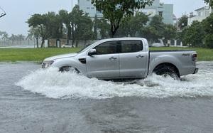 Mưa trắng trời, đường phố Đà Nẵng biến thành... sông