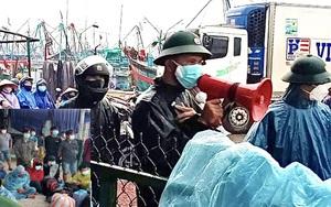 Quảng Ngãi: Lực lượng chức năng đội mưa bão để vận động, đưa hàng trăm ngư dân Sa Huỳnh đi cách ly
