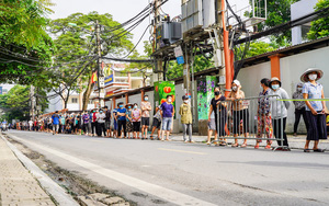 Hà Nội: Hàng trăm người dân xếp hàng dài cả km chờ xét nghiệm Covid-19