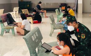 """Ảnh ấn tượng tuần: Ùn ứ tại trạm kiểm soát """"vùng đỏ"""" và lớp học 5 không ở TP.Hồ Chí Minh"""