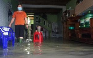 """Ảnh: Người dân Đà Nẵng """"chạy"""" lụt ngay giữa trung tâm thành phố"""